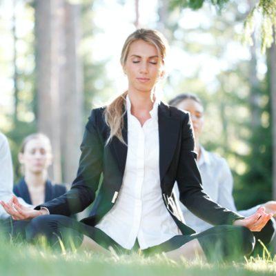 Geschäftsleute, die Yoga praktizieren