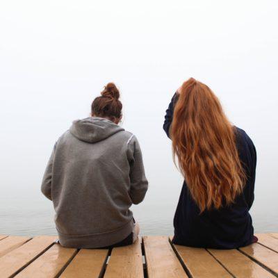 Paar sitzt auf einem Steg